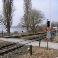 Diese-Eisenbahnschranke-muss-auf-dem-Weg-zum-Tauchplatz-überwunden-werden-März-2006