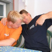 Joe zeigt Alex, dass er schon in Hemmoor tauchen war, Mai 2005