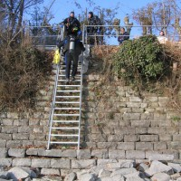Langsam und vorsichtig geht's hinunter zum Wasser, März 2006