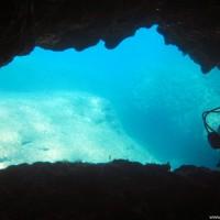 Eine kleine Höhle auf der rechten Seite der Bucht, April 2003
